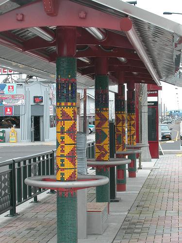 Verzierte Säulen an der MAX Yellow Line. Mosaik erinnert an afrikanische Stoffmuster (Foto: TriMet)