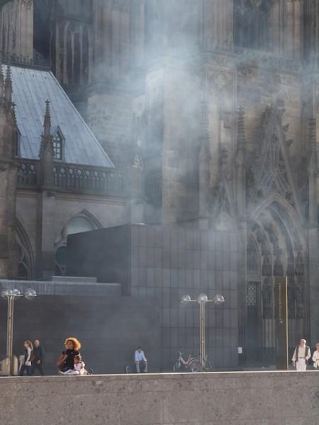 Der Qualm der Dampflok zieht vor den Dom  (Foto: Weidelich)