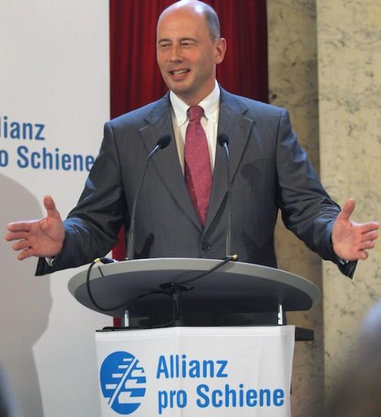 Gut gelaunt mit leeren Händen: Bundesverkehrsminister Tiefensee (Foto: Weidelich)