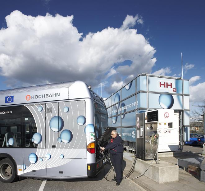 Schüler können in Hamburg zuschauen, wie ein Brennstoffzellenbus betankt wird (Foto: Hochbahn)